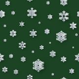 Sömlös garnering för jul med pappers- snöflingor på grön bakgrund 10 eps stock illustrationer