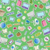 Sömlös illustration på temat av online-shopping och internetdiversehandel, de kulöra lappsymbolerna på grön bakgrund Arkivbild