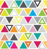 Sömlös memphis stilmodell med färgrika trianglar och prickar Fotografering för Bildbyråer