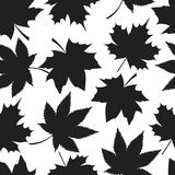 Sömlös modell Autumn Leaves Black Silhouettes stock illustrationer