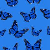 Sömlös modell av blåa fjärilar på en blå bakgrundsvektorbild vektor illustrationer