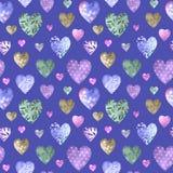 Sömlös modell av flerfärgade dekorativa hjärtor Arkivbilder
