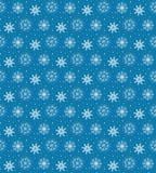 Sömlös modell av många vita snöflingor på blå bakgrund CH Royaltyfri Foto