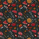 Sömlös modell av partiet för sommarBBQ-galler Biff korv, grillfestraster, tång, gaffel, brand, ketchup Svart brädebakgrund och stock illustrationer