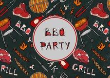 Sömlös modell av partiet för sommarBBQ-galler Biff korv, grillfestraster, tång, gaffel, brand, ketchup Svart brädebakgrund och royaltyfri illustrationer