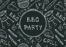 Sömlös modell av partiet för sommarBBQ-galler Biff korv, grillfestraster, tång, gaffel, brand, ketchup Svart brädebakgrund och Arkivfoton