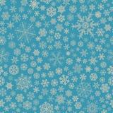 Sömlös modell av snöflingor, grå färg på ljus - blått Arkivfoto