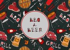 Sömlös modell av sommarBBQ och ölpartiet Biff korv, grillfestraster, tång, gaffel, brand, ketchup Svart brädebakgrund a Arkivfoto