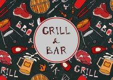 Sömlös modell av sommargallret och stångpartiet Biff korv, grillfestraster, tång, gaffel, brand, ketchup Svart brädebakgrund Royaltyfria Foton