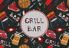 Sömlös modell av sommargallret och stångpartiet Biff korv, grillfestraster, tång, gaffel, brand, ketchup Svart brädebakgrund Arkivfoto