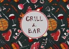 Sömlös modell av sommargallret och stångpartiet Biff korv, grillfestraster, tång, gaffel, brand, ketchup Svart brädebakgrund Arkivfoton