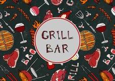 Sömlös modell av sommargallret och stångpartiet Biff korv, grillfestraster, tång, gaffel, brand, ketchup Svart brädebakgrund Royaltyfri Bild