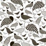 Sömlös modell av svarta fåglar som är vita och Royaltyfri Bild