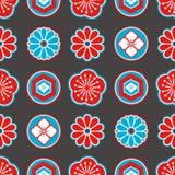 Sömlös modell för Asien stil med röda och blåa japanska dekorativa blommor och geometriska beståndsdelar på svart bakgrund stock illustrationer