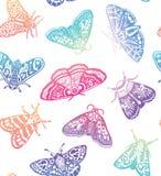 Sömlös modell för färgrika malar Dekorativ hand drog fjärilar i moderiktig lutning som isoleras på vit bakgrund Arkivbild