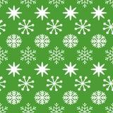 Sömlös modell för grön jul med swhitesnöflingor Royaltyfria Bilder