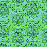 Sömlös modell för gröna ugglor Royaltyfria Bilder