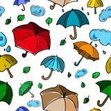 Sömlös modell för höst med färgrika paraplyer på den vita backgroen Arkivfoto