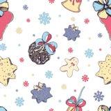 Sömlös modell för jul med beståndsdelar av den traditionella dekoren: sötsaker och leksaker, kaka, klocka och pilbågar på vit stock illustrationer