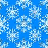Sömlös modell för jul med snöflingor på blå bakgrund vektor illustrationer