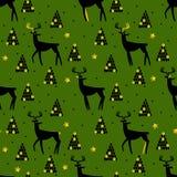 Sömlös modell för jul och för nytt år med hjortar, trädet och guld- beståndsdelar Arkivfoto