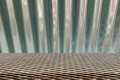 Sömlös modell för metallraster på zink royaltyfri fotografi