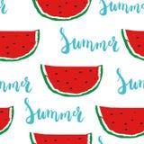 Sömlös modell för sommar med för bokstäveruttryck för borste hand målad sommar med den färgrika vattenmelon Arkivbilder