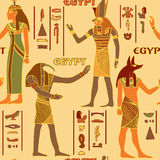 Sömlös modell för tappning med egyptiska gudar och forntida egyptiska hieroglyf vektor illustrationer