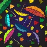 Sömlös modell för textil av färgrika paraplyer och höstsidor Royaltyfri Fotografi
