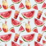 Sömlös modell för för vattenfärgvattenmelon och coctail Räcka den målade vattenmelonskivan med fruktcoctailen som isoleras på Fotografering för Bildbyråer