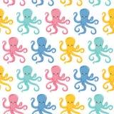 Sömlös modell för vektor med färgbläckfiskar Gulliga bläckfiskar har gyckel royaltyfri illustrationer