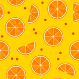 Sömlös modell för vektor med skivor av apelsinen och lingon Arkivbild
