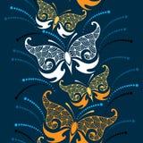 Sömlös modell med den dekorativa fjärilen och prickar Vektor Illustrationer
