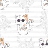 Sömlös modell med den gullig hand drog kattungen i en kopp med förälskelsebokstäver blom- romantiker för bakgrund Fotografering för Bildbyråer