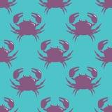Sömlös modell med den violetta krabban på blå bakgrund Arkivbild