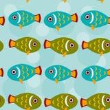 Sömlös modell med det roliga gulliga fiskdjuret på en blå backgroun Royaltyfri Bild