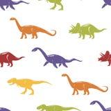 Sömlös modell med färgrika dinosaurier på vit bakgrund Arkivfoto