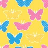 Sömlös modell med färgrika fjärilskonturer på guling Royaltyfria Bilder