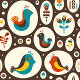 Sömlös modell med fåglar och blommor på brun bakgrund Arkivfoton