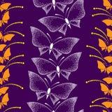 Sömlös modell med fjärilar och prickar på en violett bakgrund Stock Illustrationer