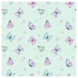 Sömlös modell med flygfjärilar och Pansy Flowers i vattenfärgstil Skönhet i natur Bakgrund för tyg, textil Arkivfoto