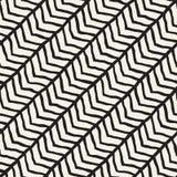 Sömlös modell med hand drog borsteslaglängder Färgpulverklotterillustration Geometrisk monokrom vektormodell Royaltyfri Bild