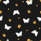 Sömlös modell med hand drog fjärilar och guld- prickar Arkivbild