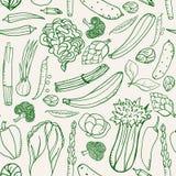Sömlös modell med hand drog gröna grönsaker på beige bakgrund Klottermodellgrönsaker Arkivbilder