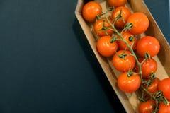 Sömlös modell med körsbärsröda tomater abstrakt bakgrund Tomat på den svarta bakgrunden Gruppen av rött moget laga mat för tomate Royaltyfri Fotografi