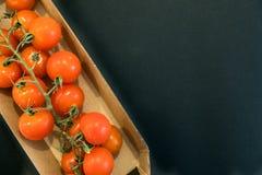 Sömlös modell med körsbärsröda tomater abstrakt bakgrund Tomat på den svarta bakgrunden Gruppen av rött moget laga mat för tomate Arkivbilder