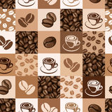 Sömlös modell med kaffebönor och koppar. Arkivfoton