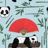 Sömlös modell med pandan, den japanska fanen och bambu Arkivbild