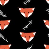 Sömlös modell med rävar och ris på en svart bakgrund royaltyfri illustrationer