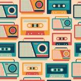 Sömlös modell med retro bandspelare och kassetter Arkivfoto